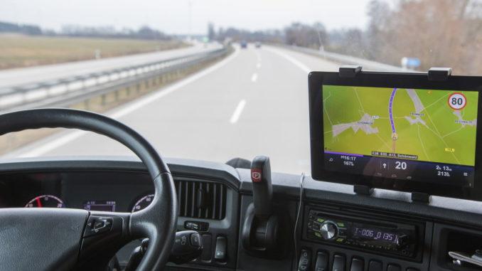 Was unterscheidet ein LKW Navi von einem normalen Autoradio mit Navi