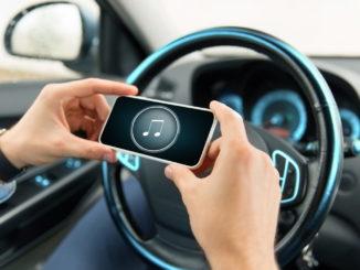 Musik vom Smartphone auf dem Autoradio